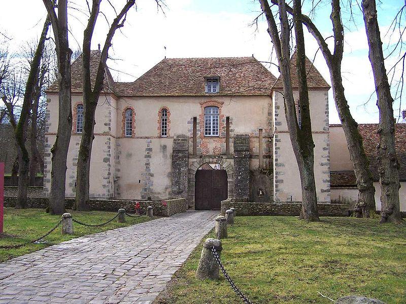 l'entrée du château féodal, transformé en communs, situé au côté Est du château et tourné vers la ville. Il semble plus avoir abrité un grenier de redevances qu'une demeure seigneuriale.