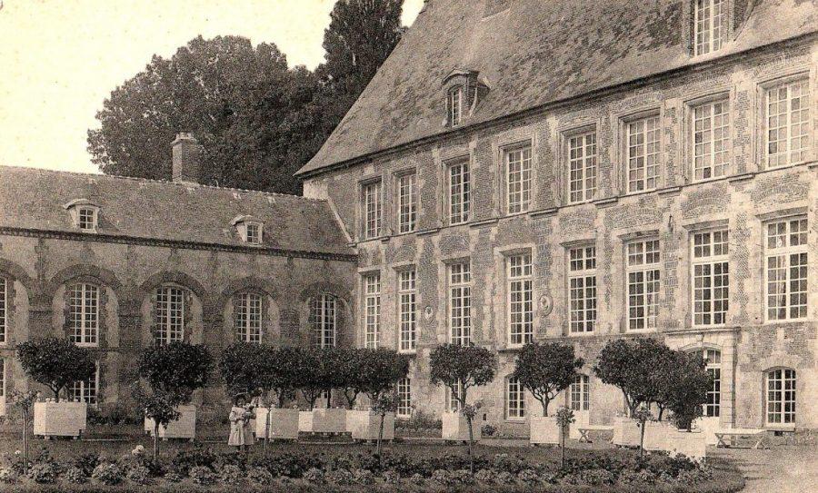 Sortie des orangers : sur la façade se trouvaient quatre médaillons de style Renaissance entre les fenêtres du premier étage (on voit les deux à gauche de l'entrée). Ils ont disparu depuis.