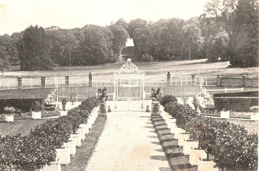 Photo prise du premier étage : les orangers sont toujours sortis, on distingue les cockatrix ainsi que la grille de Saint-Hubert, tandis que la vue se prolonge vers la trouée du maréchal de Villars.