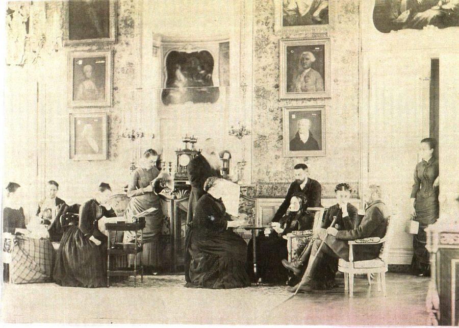 Intérieur d'un salon du premier étage en août 1886, alors que Charles de Nugent est décédé depuis cinq ans. Sa veuve, Henriette de Malart, est enfoncée dans une bergère à droite. En face d'elle, surélevée, est assise son inséparable soeur Clothilde, marquise d'Hérouville. On distingue mal leur frère, le comte de Malart, à cause de la mauvaise qualité de la photo, mais on le devine debout, juste derrière Clothilde, portant une majestueuse barbe blanche. Les autres ne sont pas des Nugent (des neveux et nièces ?), sauf Henriette la cadette, prénommée comme sa mère, debout juste à gauche de la pendule. Si le mobilier venait majoritairement de Versailles, les tableaux ne représentaient que les ancêtres de la famille.