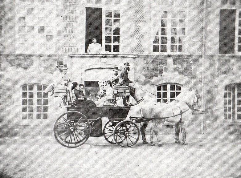 Sortie aux Mesnuls, toujours en août 1886. Henriette se trouve au fond à gauche du landau et Clothilde au fond à droite. Leur frère est derrière, surélevé. En face, sans doute des nièces.