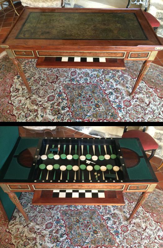 Reste de mobilier royal : un jeu de trictrac ouvert et fermé.